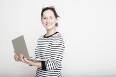 Lo studente sta fiero e tenendo un taccuino in sue mani Fotografia Stock