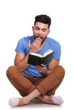 Lo studente sta leggendo un libro ed ottiene sonnolento Fotografia Stock Libera da Diritti