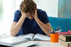 Lo studente stanco non vuole imparare immagine stock libera da diritti