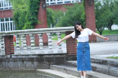 Lo studente universitario cinese asiatico gode del tempo libero alla città universitaria Fotografia Stock