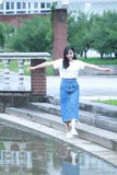 Lo studente universitario cinese asiatico gode del tempo libero alla città universitaria Immagini Stock Libere da Diritti