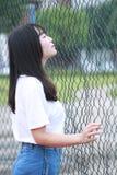 Lo studente universitario cinese asiatico gode del tempo libero alla città universitaria Immagine Stock Libera da Diritti