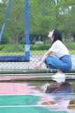 Lo studente universitario cinese asiatico gode del tempo libero alla città universitaria Fotografie Stock