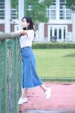 Lo studente universitario cinese asiatico gode del tempo libero alla città universitaria Immagine Stock