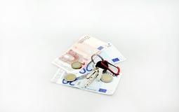Lo studio concettuale ha sparato di un mazzo di euro banconote che riempiono un carrello fondo sul 18 settembre 2016 bianco Immagini Stock Libere da Diritti
