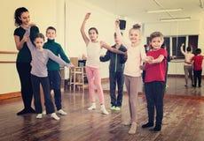 Lo studio dei bambini del partner balla alla scuola di ballo Fotografie Stock Libere da Diritti
