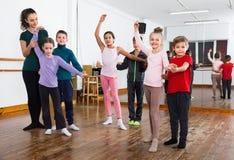 Lo studio dei bambini del partner balla alla scuola di ballo Fotografia Stock