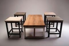 Lo studio di legno moderno della tavola ha sparato su fondo bianco Immagine Stock