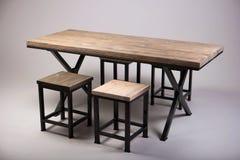 Lo studio di legno moderno della tavola ha sparato su fondo bianco Fotografie Stock