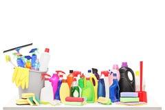 Lo studio ha sparato dei rifornimenti di pulizia su una tavola Immagine Stock