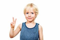 Lo studio ha sparato del ragazzo biondo adorabile con gli occhi azzurri Fotografia Stock Libera da Diritti