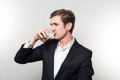Lo studio ha sparato dell'uomo d'affari con i glas di acqua frizzante Immagini Stock Libere da Diritti
