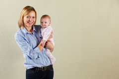 Lo studio ha sparato della madre e del bambino felici Fotografia Stock Libera da Diritti