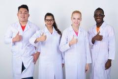 Lo studio ha sparato di diverso gruppo felice di multi smili etnico di medici fotografia stock libera da diritti