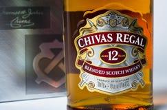 Lo studio ha sparato di una bottiglia di Chivas Regal su fondo bianco Immagine Stock
