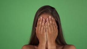 Lo studio ha sparato di una donna espressiva splendida che mostra le sue emozioni stock footage