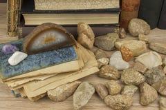 Lo studio su mineralogia Studi dell'università La scienza dei minerali e delle rocce Immagini Stock Libere da Diritti
