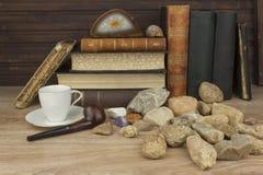 Lo studio su mineralogia Studi dell'università La scienza dei minerali e delle rocce Immagini Stock