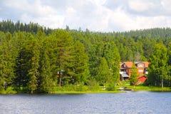 Lo svedese alloggia vicino al lago Fotografia Stock
