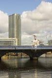 Lo sviluppo della riva della città moderna di Belfast con grattacieli del ` s intorno al ponte del Queens ed al fiume Lagan a Don Fotografia Stock