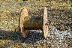 Lo svolgimento del cavo ad alta tensione dalla baia di stoccaggio della bobina Fotografie Stock