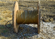 Lo svolgimento del cavo ad alta tensione dalla baia di stoccaggio della bobina Immagine Stock Libera da Diritti