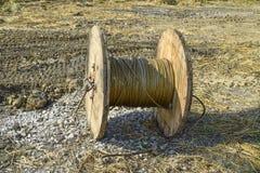 Lo svolgimento del cavo ad alta tensione dalle sedere di stoccaggio della bobina Fotografia Stock Libera da Diritti
