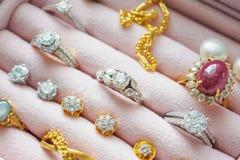 Lo zaffiro della pietra preziosa del diamante dell'argento e dell'oro suona le collane Immagine Stock
