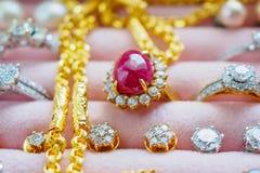Lo zaffiro della pietra preziosa del diamante dell'argento e dell'oro suona le collane Fotografia Stock Libera da Diritti