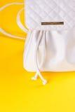Lo zaino femminile del cuoio bianco Immagini Stock