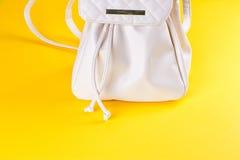 Lo zaino femminile del cuoio bianco Fotografie Stock