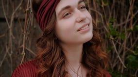 Lo zenzero del ritratto della giovane donna arriccia l'artistico della fascia archivi video