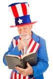 Lo Zio Sam legge la bibbia fotografia stock