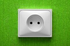 Lo zoccolo elettrico in una parete verde immagine stock libera da diritti