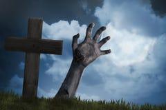Lo zombie distribuisce dal cimitero Fotografie Stock