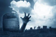 Lo zombie distribuisce dal cimitero Fotografie Stock Libere da Diritti