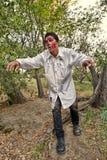 Lo zombie maschio emerge dal legno Fotografia Stock
