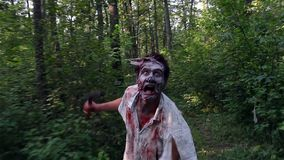 Lo zombie orribile si imbatte nella foresta ed il ricerca della vittima stock footage