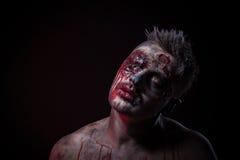 Lo zombie spaventoso sta trovandosi nello studio Immagini Stock Libere da Diritti