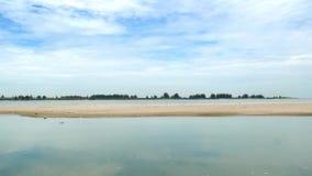 Lo zoom in considerazione della spiaggia di Klebang è una spiaggia in Klebang, Malacca Malesia stock footage