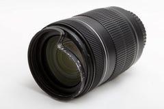 Lo zoom nocivo e rotto per la macchina fotografica digitale, ha ammaccato il filtro UV protettivo Vista del primo piano di faccia fotografie stock libere da diritti