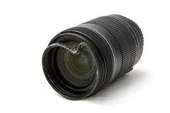 Lo zoom nocivo e rotto per la macchina fotografica digitale, ha ammaccato il filtro UV protettivo vista della facciata frontale P fotografia stock