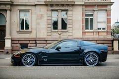 Lo ZR di Chevrolet Corvette 1 automobile sportiva di lusso ha parcheggiato davanti al suo Immagini Stock