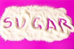 Lo zucchero dell'iscrizione sul mucchio di zucchero bianco Fine in su Sulla p immagini stock
