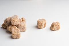 Lo zucchero di canna cuba colpo del primo piano del mucchio il macro sulla tavola Immagine Stock