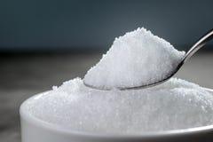 lo zucchero granulato in cucchiaio d'argento vuoto aspetta per i vostri Di del prodotto Fotografia Stock Libera da Diritti