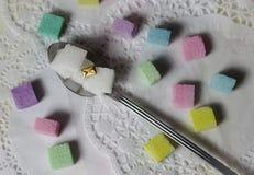 lo zucchero variopinto cuba la posta pastello del messaggio del cucchiaio di ora del the fotografie stock