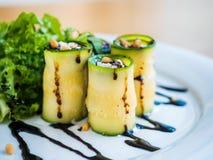 Lo zucchini rotola con il formaggio di mascarpone, i dadi, l'insalata verde e la salsa di soia Immagini Stock Libere da Diritti