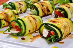Lo zucchini rotola con la rucola, la mozzarella ed il pomodoro Immagini Stock