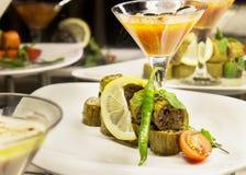Lo zucchini verde ha fritto, farcito con carne e le cipolle, con salsa a fotografia stock